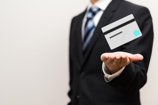 デビットカードと男性