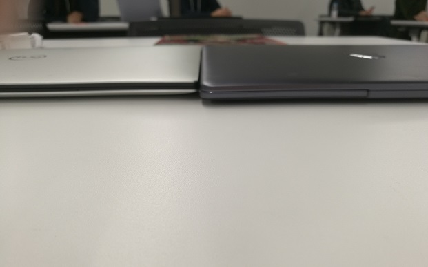 HUAWEI MateBook 13とDELL XPS 13の厚み比較