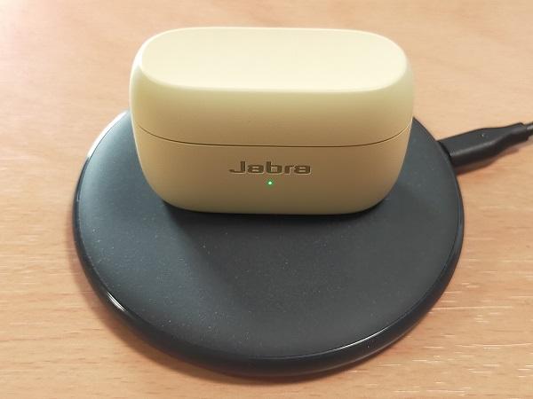 Jabra Elite 85tをワイヤレス充電器で充電したところ