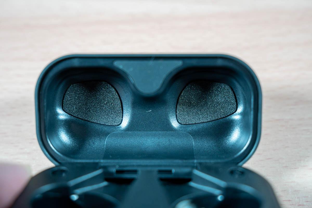 NUARL N6Pro2のイヤホンケースの上フタのクッション